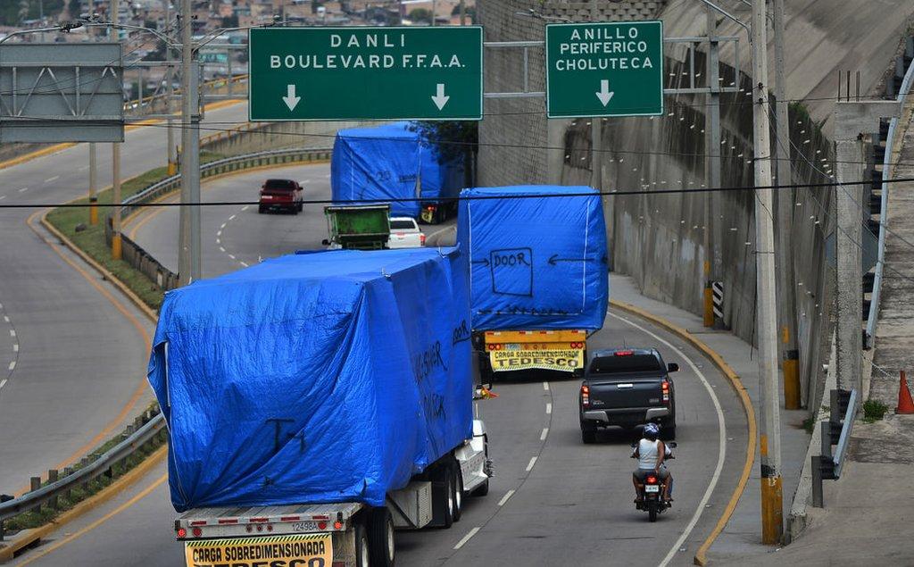 El traslado de contenedores de hospitales móviles en Honduras