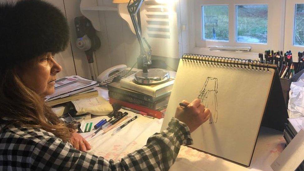 斯特拉特在工作室繪製新設計圖案