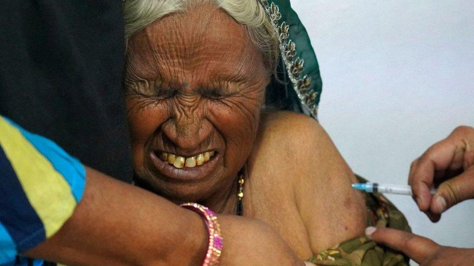 Mujer es vacunada en India