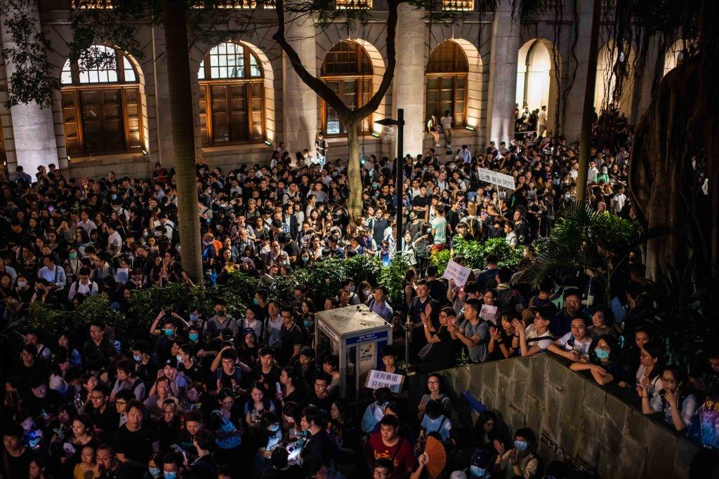 香港一些公務員團體多次發起集會,要求政府成立獨立委員會調查警方處理示威浪潮時被指濫用暴力的指控。