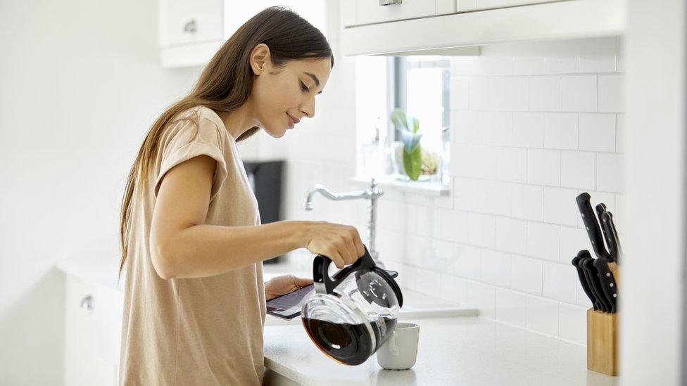 Mujer haciendo café