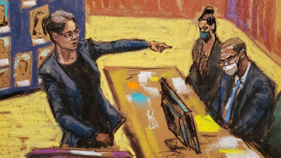 La fiscal federal Elizabeth Geddes señalando a R. Kelly durante el juicio.
