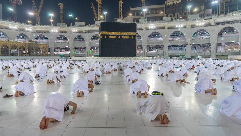 Muslim tetap menjaga jarak sosial yang aman ketika menjalankan ibadah Umrah di Masjidil Haram pada 1 November 2020