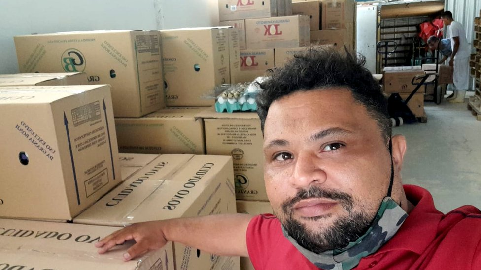 Leonardo Cabral na granja onde ele compra ovos para revender