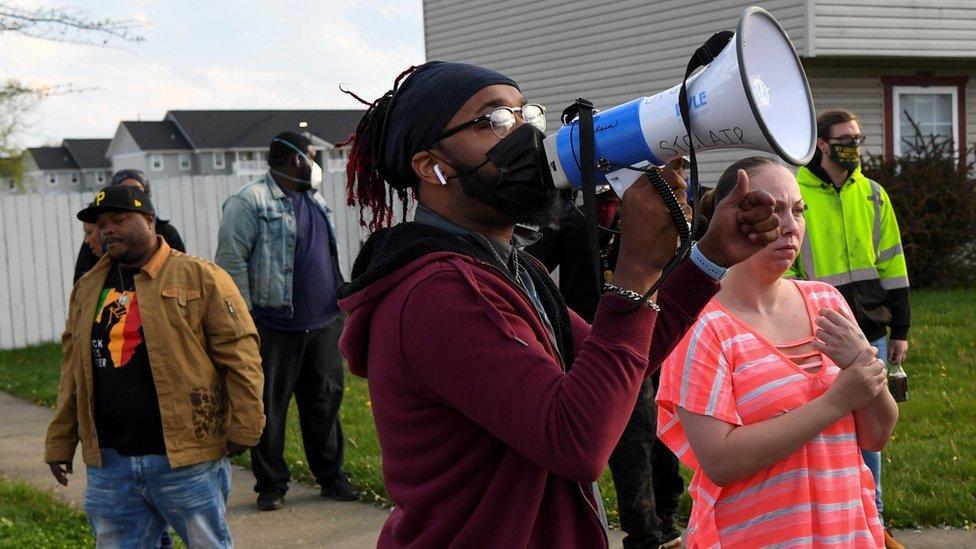 Gente reunida donde Ma'Khia Bryant fue tiroteada fatalmente