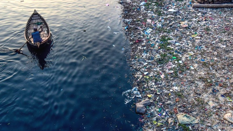 孟加拉達卡一條河流中的塑料垃圾