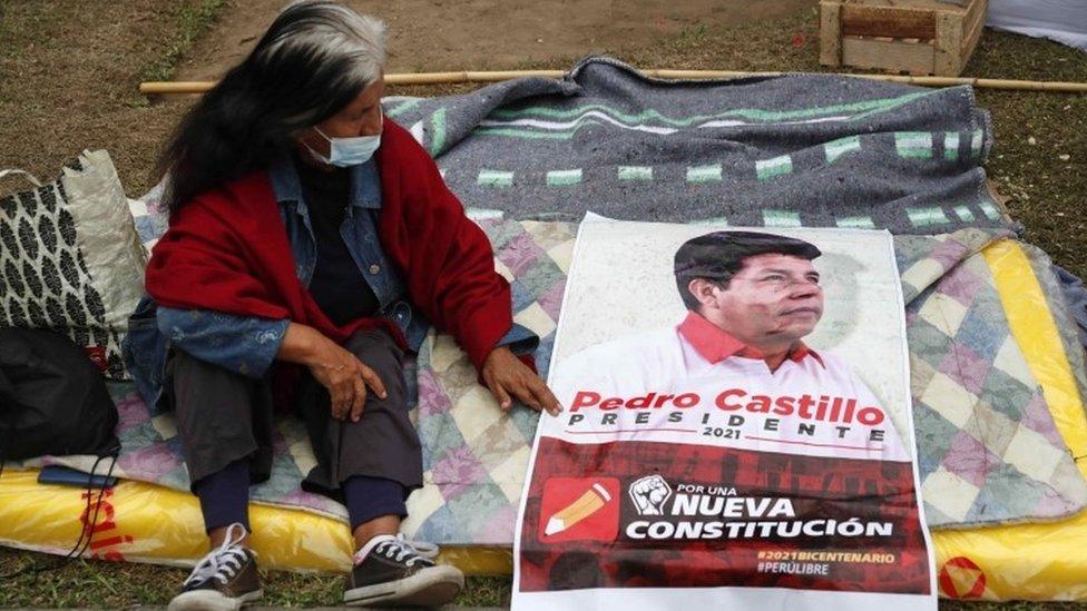 Una mujer con un cartel de Pedro Castillo