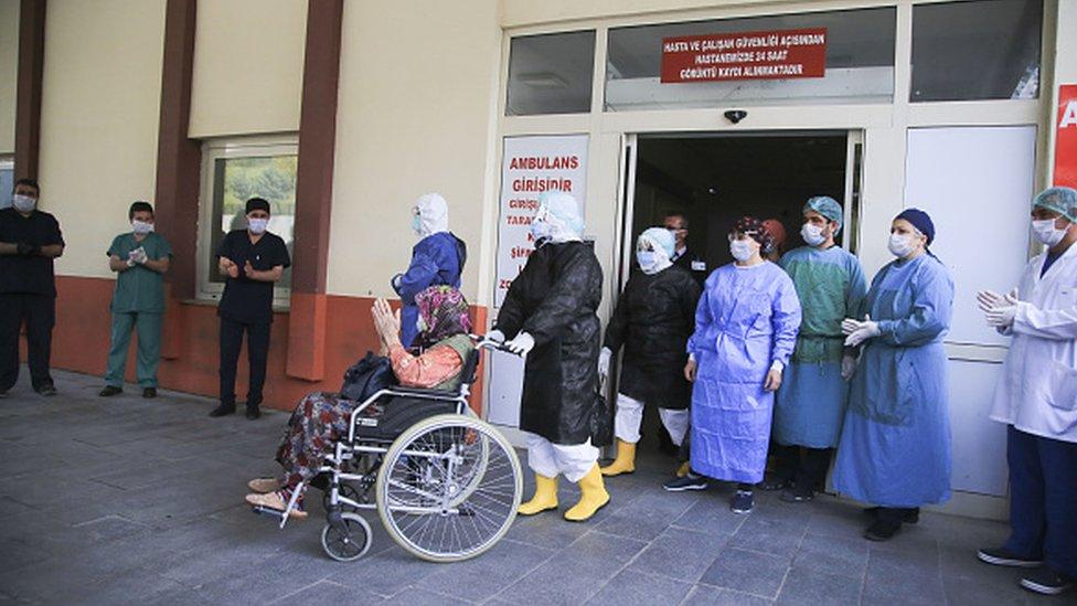 Antalya'da tedavi gören 83 yaşındaki bir Covid-19 hastası iyileştiğinde alkışlarla taburcu oldu