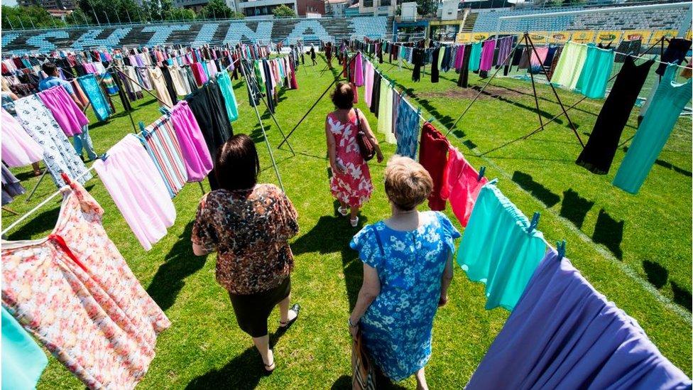 """معرض """"أفكر بك"""" الذي أقيم يوم 12 يونيو في برشتنا للتضامن من 20 ألف ناجية من الاغتصاب أثناء حرب كوسوفو 1989-1999"""