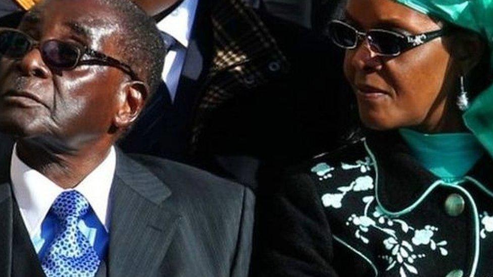Robert Mugabe con su esposa