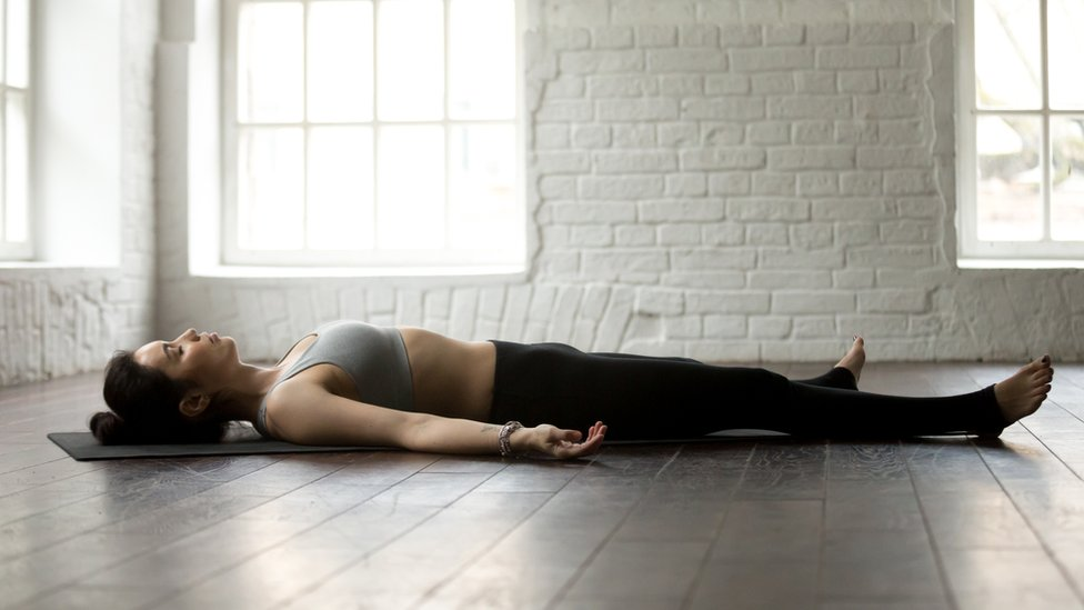 Mujer acostada en el suelo