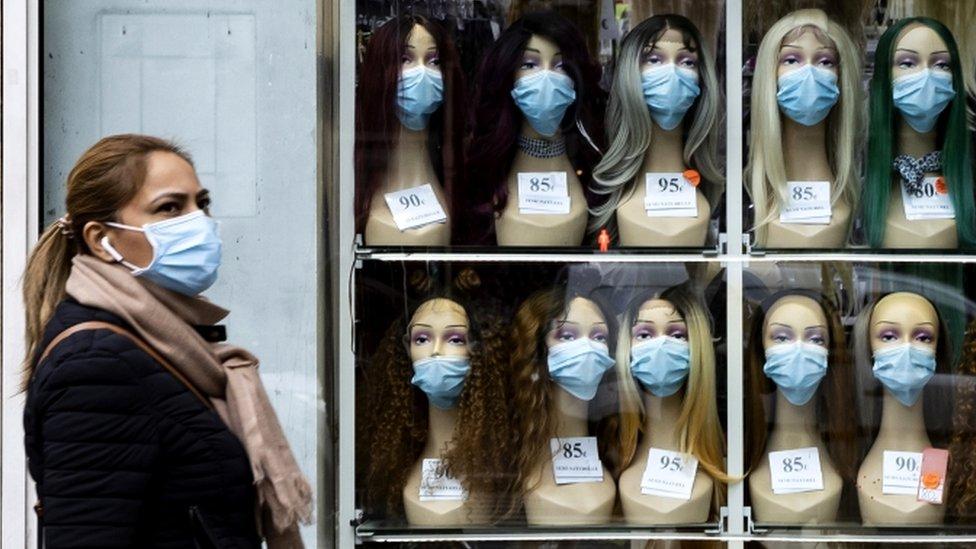 Una mujer con mascarilla en París.