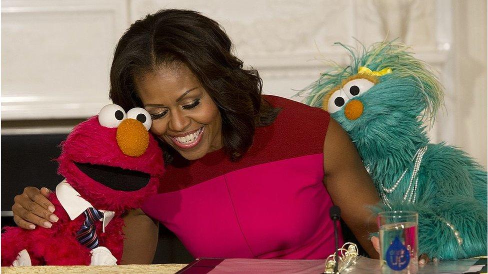 ميشيل أوباما مع الدمى
