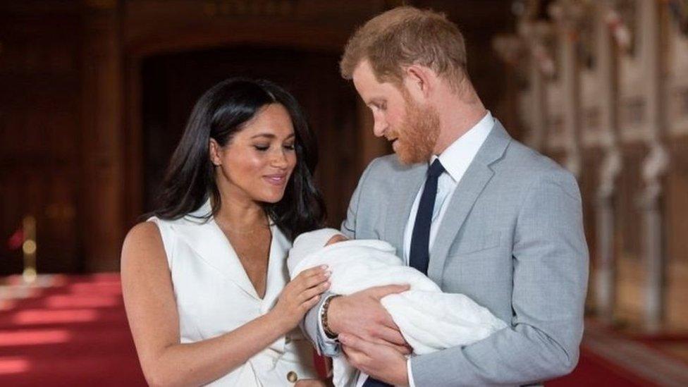 دوق ودوقة ساسيكس الأمير هاري وزوجته ميجان يحملان رضيعهما آرتشي