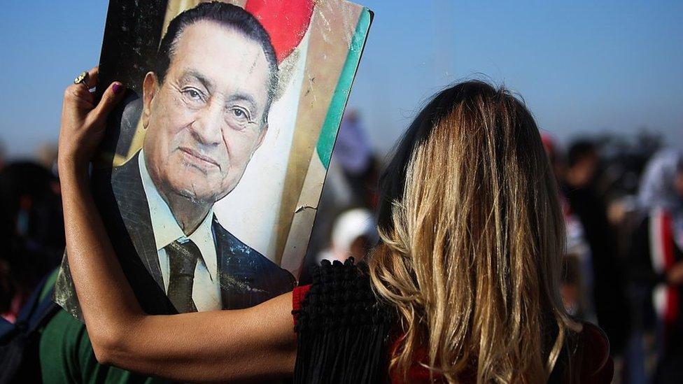 امرأة تحمل صورة مبارك