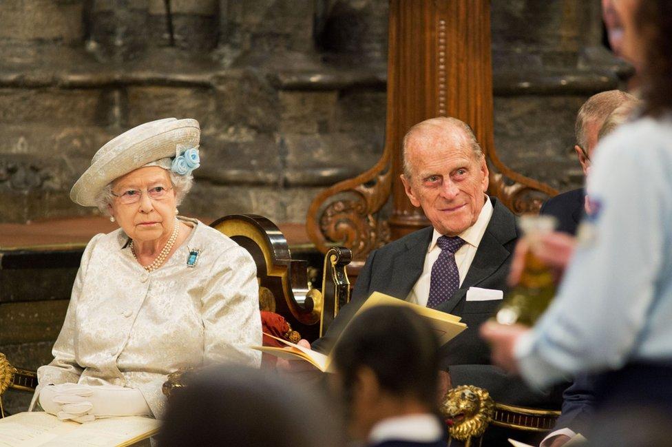 La reina Isabel II y el duque de Edimburgo mientras asisten a la ceremonia por el 60 aniversario de la coronación de la reina en la Abadía de Westminster.