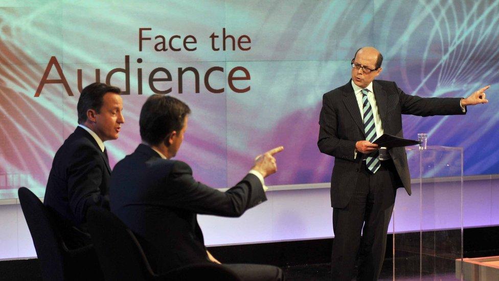 BBC記者尼克·羅賓遜(右)2010年6月23日主持節目,嘉賓是時任英國首相卡梅倫和副首相克萊格。