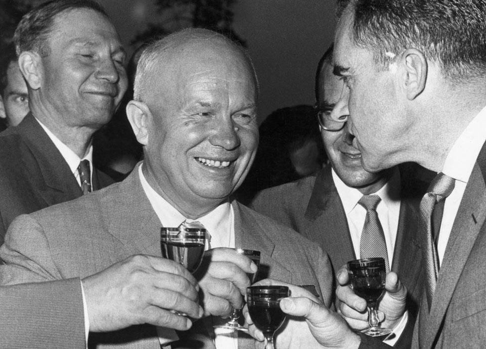 Jruschov y Nixon brindando con Pepsi Cola