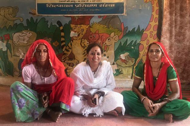 Smita Chakraburtty dengan Sugna (kanan) dan tahanan lainnya.