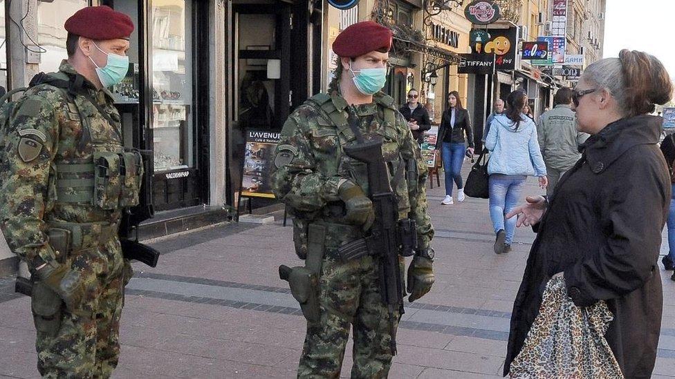 Vojnici sa maskama na licu u centru Niša