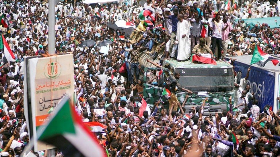 متظاهرون يحتشدون أمام وزارة الدفاع في الخرطوم الجمعة