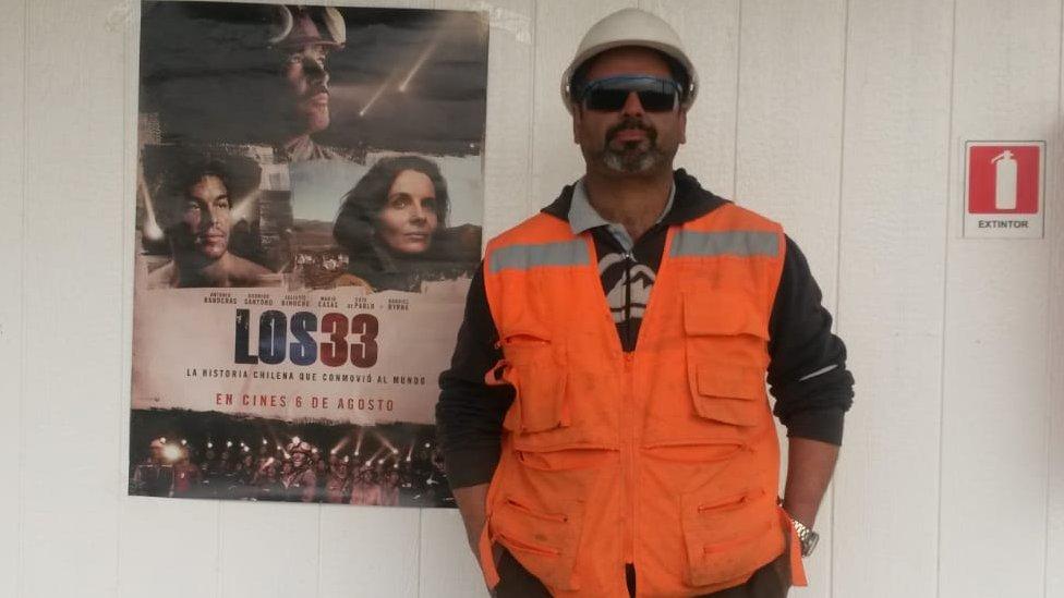 """Sepúlveda posa al lado de un póster del filme """"Los 33"""", inspirada en las vivencias de los mineros."""