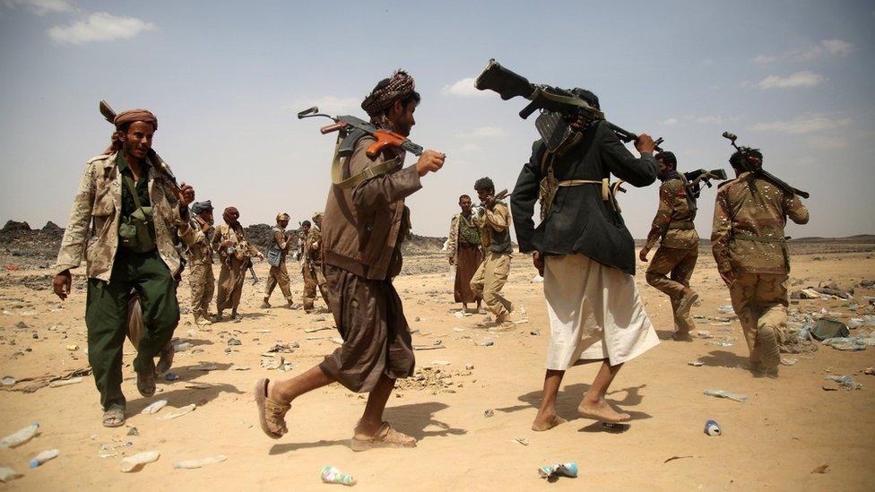 Armed Yemeni tribesmen loyal to President Abdrabbuh Mansour Hadi in Marib province (18 September 2015)