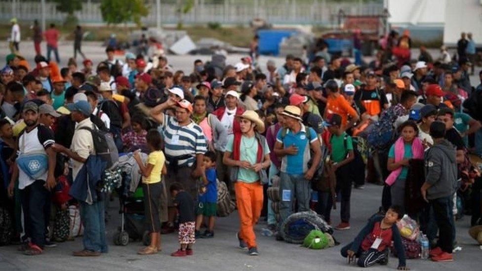 وهؤلاء المهاجرون جزء من قافلة ضخمة من سكان أمريكا الوسطى الذين يقطعون آلاف الأميال عبر المكسيك للوصول إلى الولايات المتحدة، حيث يسعون للطلب اللجوء هناك.