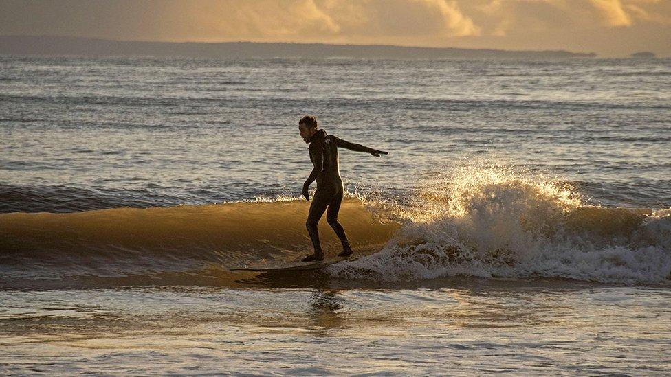 الأمواج في طقس مشمس ولكن بارد في خليج لانجلاند بالقرب من سوانزي.