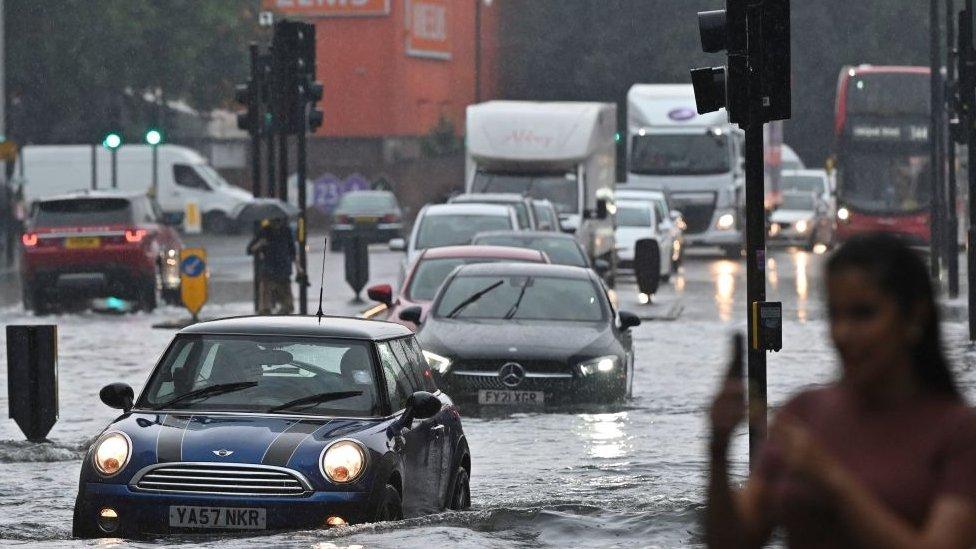 Сильные дожди привели к наводнению в Лондоне