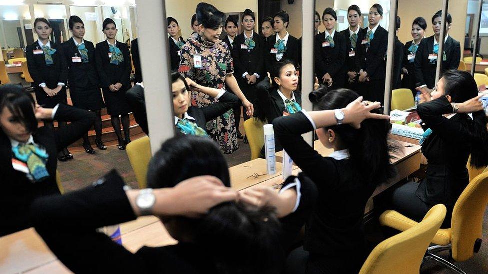 Azafatas de Garuda Indonesia peinándose