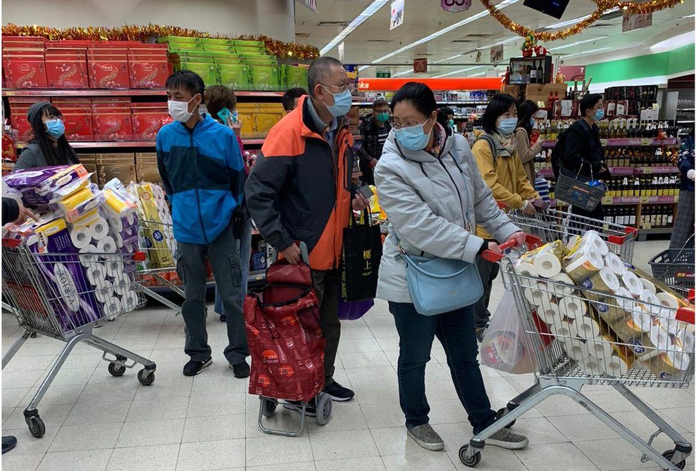 市民擔心香港物資供應,在超級市長買大量日用品。