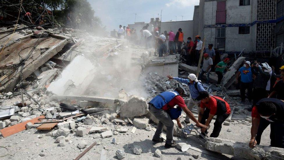 Rescatistas retiran escombros