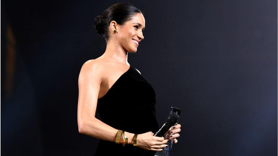 الثوب وطلاء الأظافر الذي قيل إنه خرق للبروتوكول الملكي. ميغان في حفل جوائز الموضة البريطانية