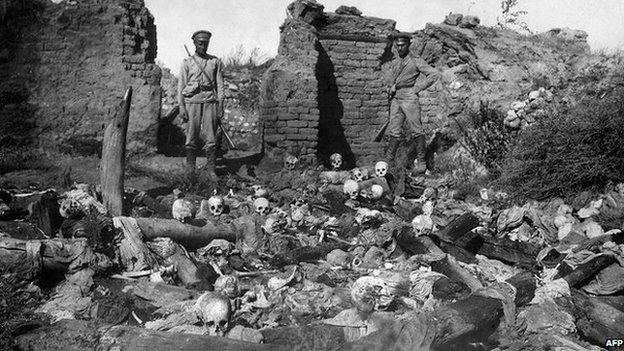 Penglogau ym mhentref Armenaidd Sheyxalan yn 1915 (Llun: Amgueddfa-Sefydliad yr Hil-laddiad Armenaidd)