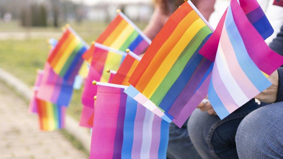 المسيرات أصبحت تدمج بين الأعلام المختلفة