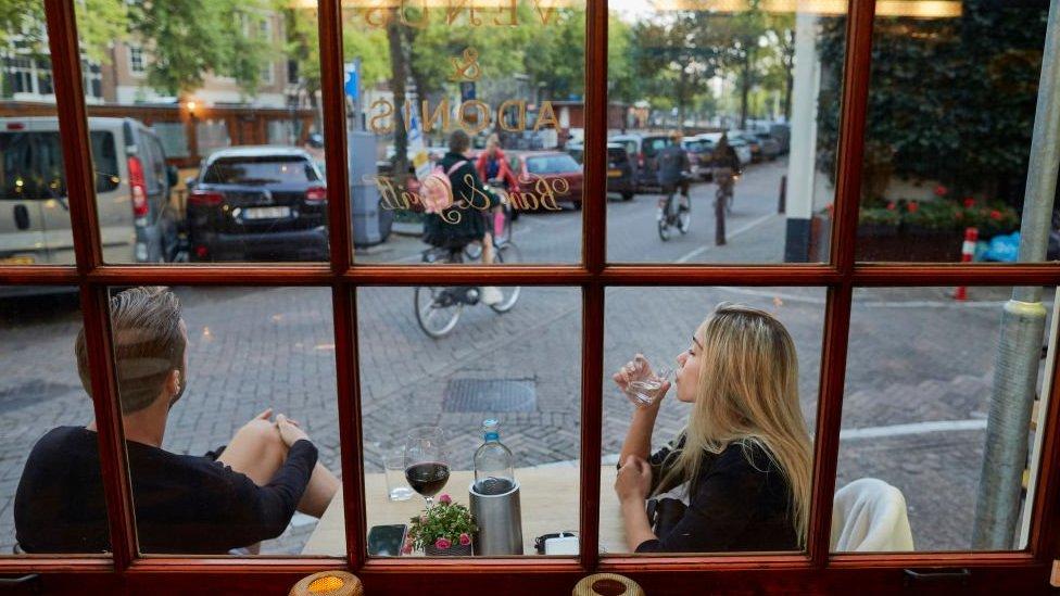 Önlemler kapsamında Hollanda'daki restoran, kafe ve barlar da en geç saat 22.00'de kapanacak. Bu işletmeler, saat saat 21.00'den itibaren yeni müşteri almayacak.