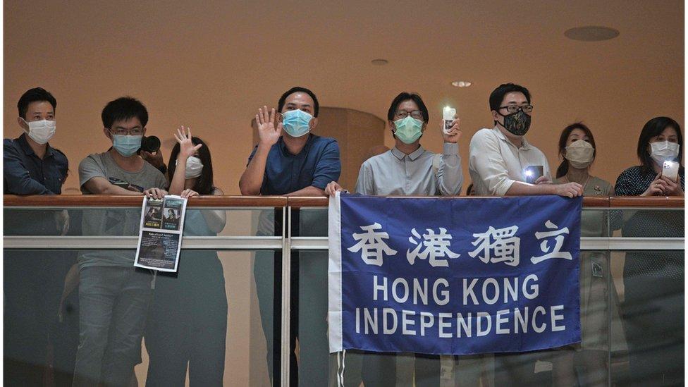 示威者舉起涉及港獨的標語。