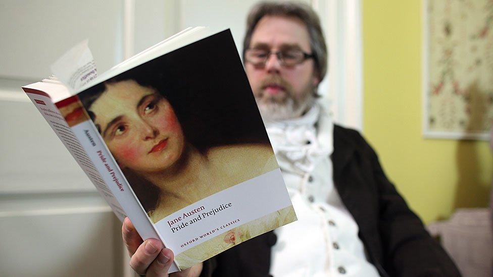 """Un hombre leyendo """"Orgullo y Prejuicio"""" de Jane Austen"""