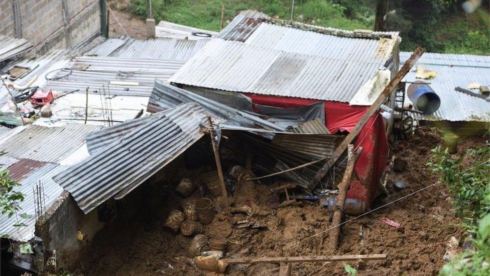 Parte trasera de la casa afectada por el alud en la que murieron seis personas tras el paso del huracán Grace en México. 21 de agosto de 2021.