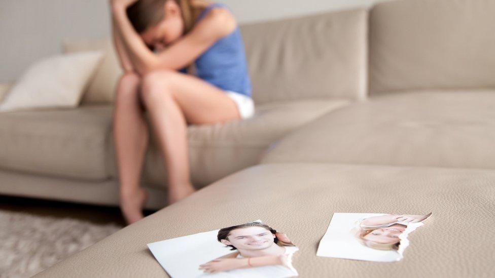 Chica llorando por separación