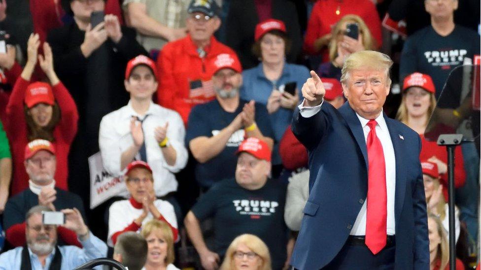 Trump saludando a sus seguidores.