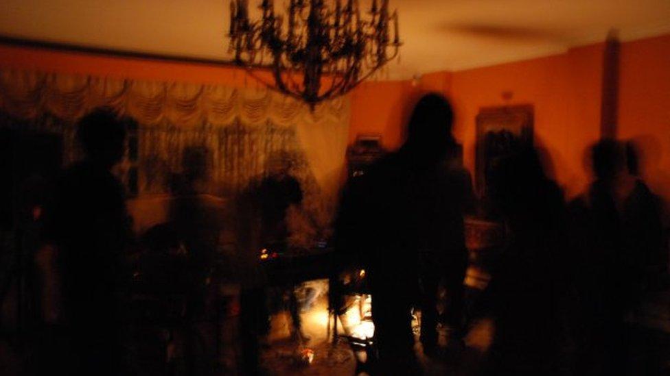 Siluetas borrosas en una fiesta en Irán.
