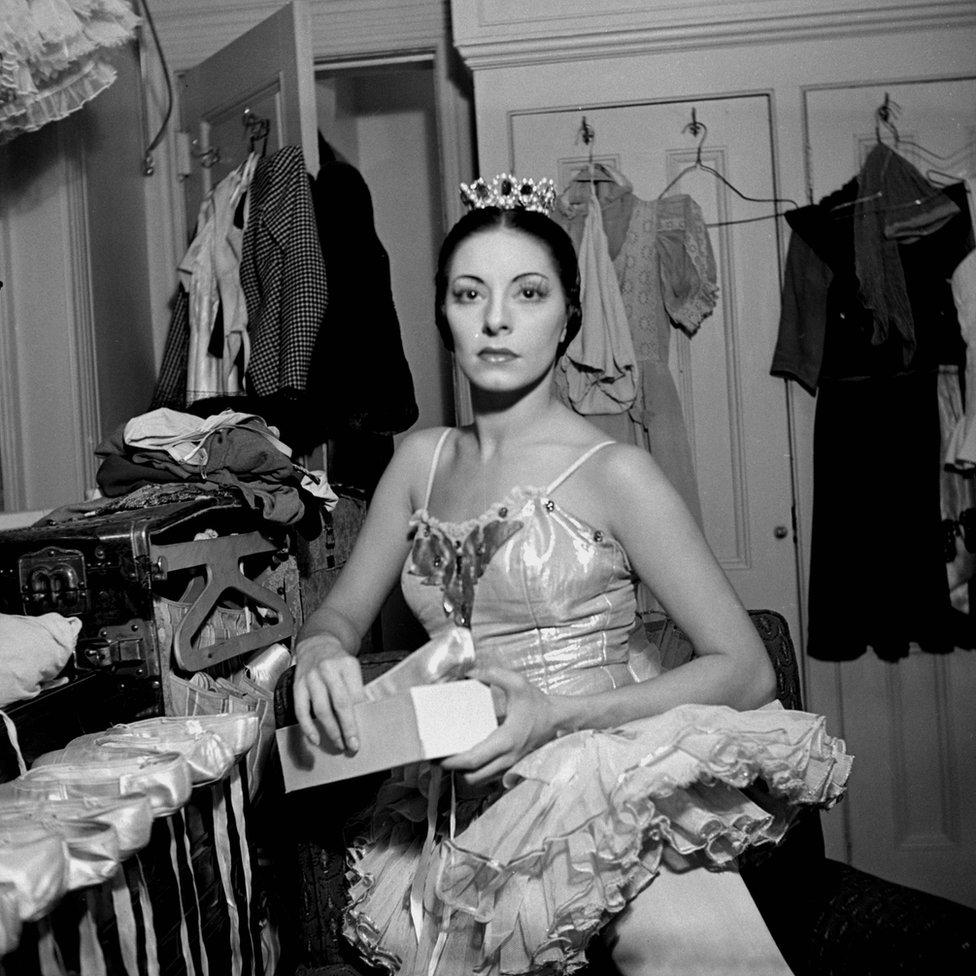 Alicia Alonso fotografiada en un camerino en París