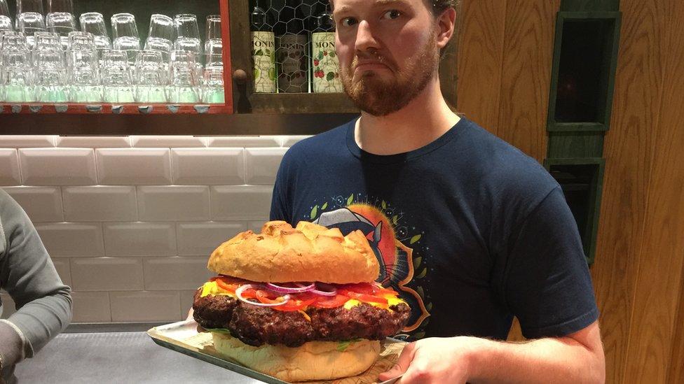 Andrej Sidorov drži burger od 5 kilograma