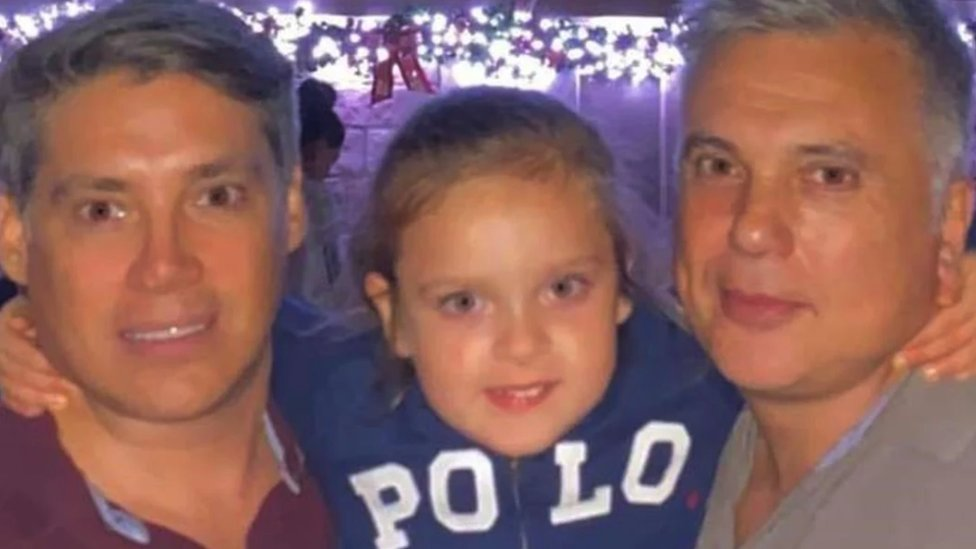 Andrés Galfrascoli, su pareja Fabían Núñez y su hija Sofía