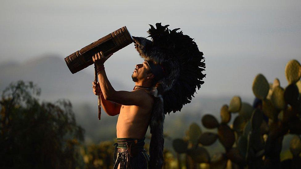 Un danzante con un traje prehispánico