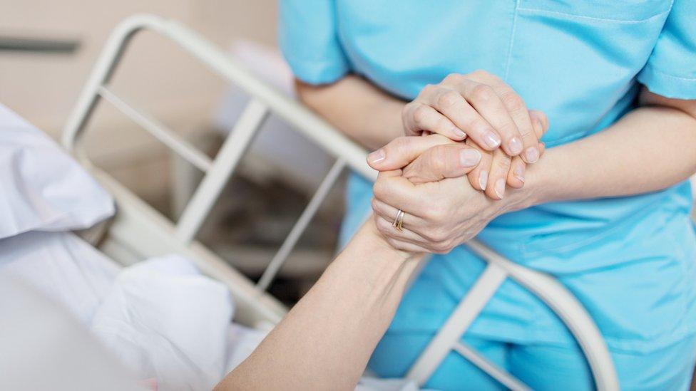 Una enfermera toma la mano de un paciente (imagen ilustrativa) NO USAR / BBC