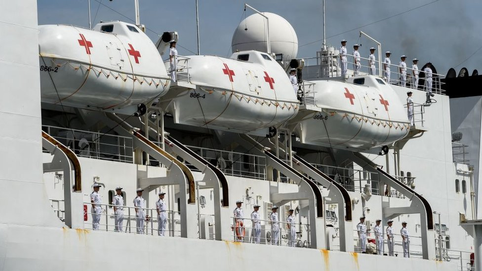 """El """"Arca de la Paz"""" cuenta con unos botes salvavidas especiales que permiten trasladar hasta 18 camillas cada uno."""
