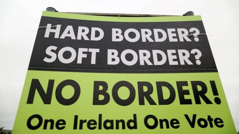 Una pancarta en la frontera